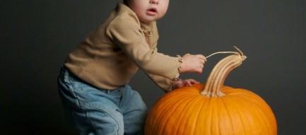 カボチャを収穫する赤ちゃん Androidスマホ壁紙
