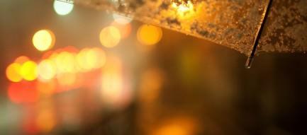 傘越しの街並 スマホ壁紙