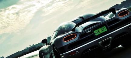 疾走する黒のスポーツカー スマホ壁紙