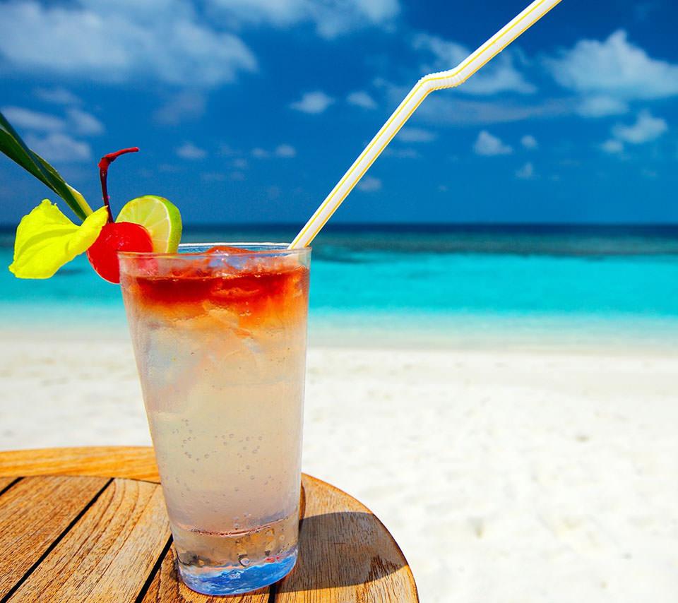 砂浜にあるトロピカルジュース スマホ壁紙