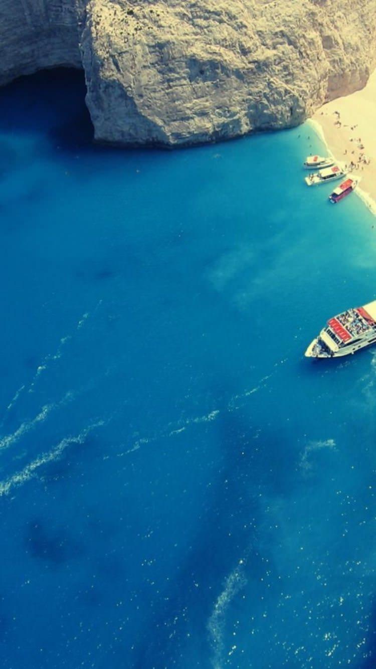 俯瞰した海辺と船 iPhone6壁紙