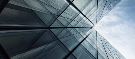 ビル群から見上げる空 iPhone Plus壁紙