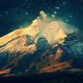 光る星空と山 iPhone6壁紙