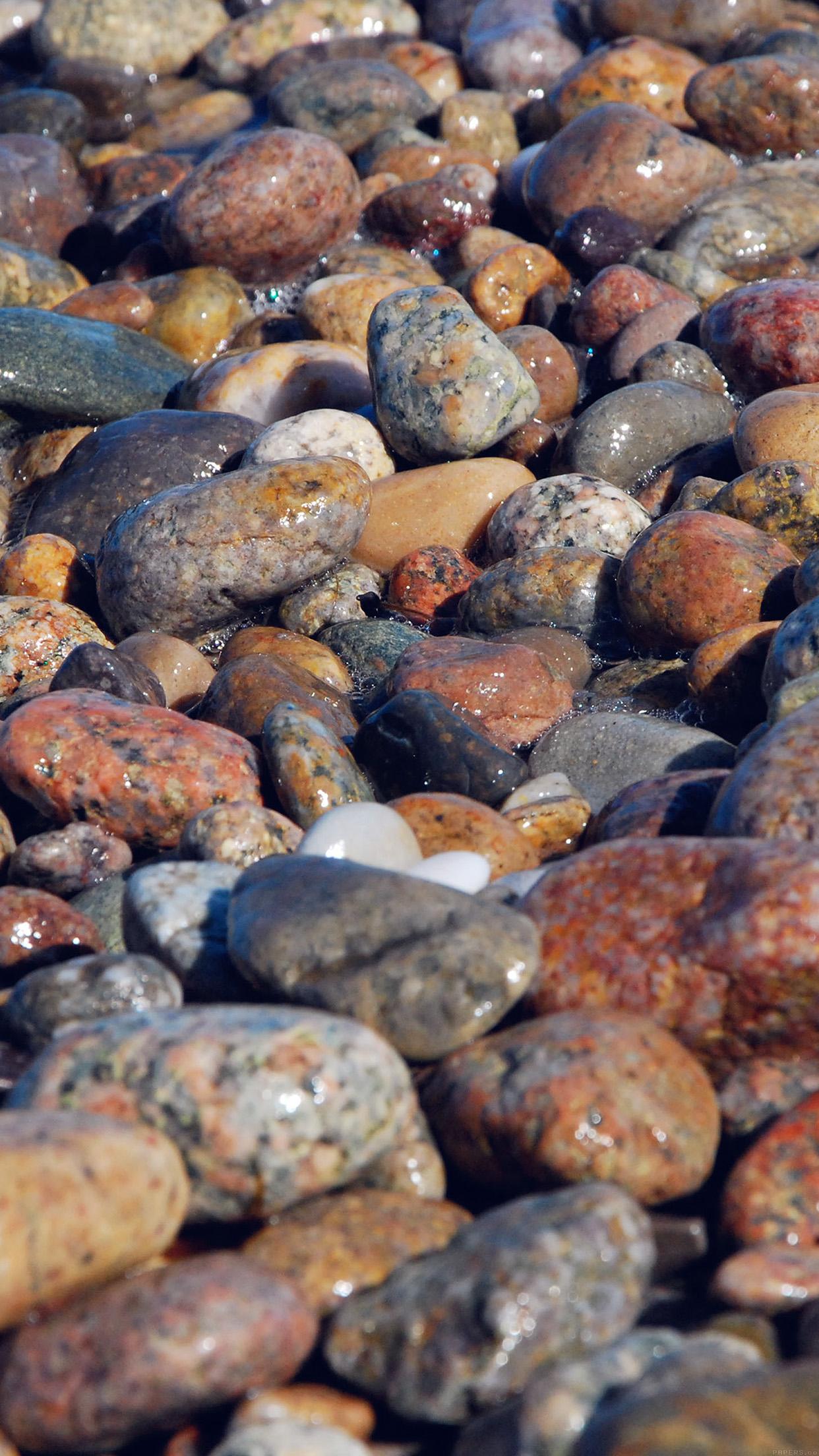 河原の濡れた石 iPhone6 Plus壁紙