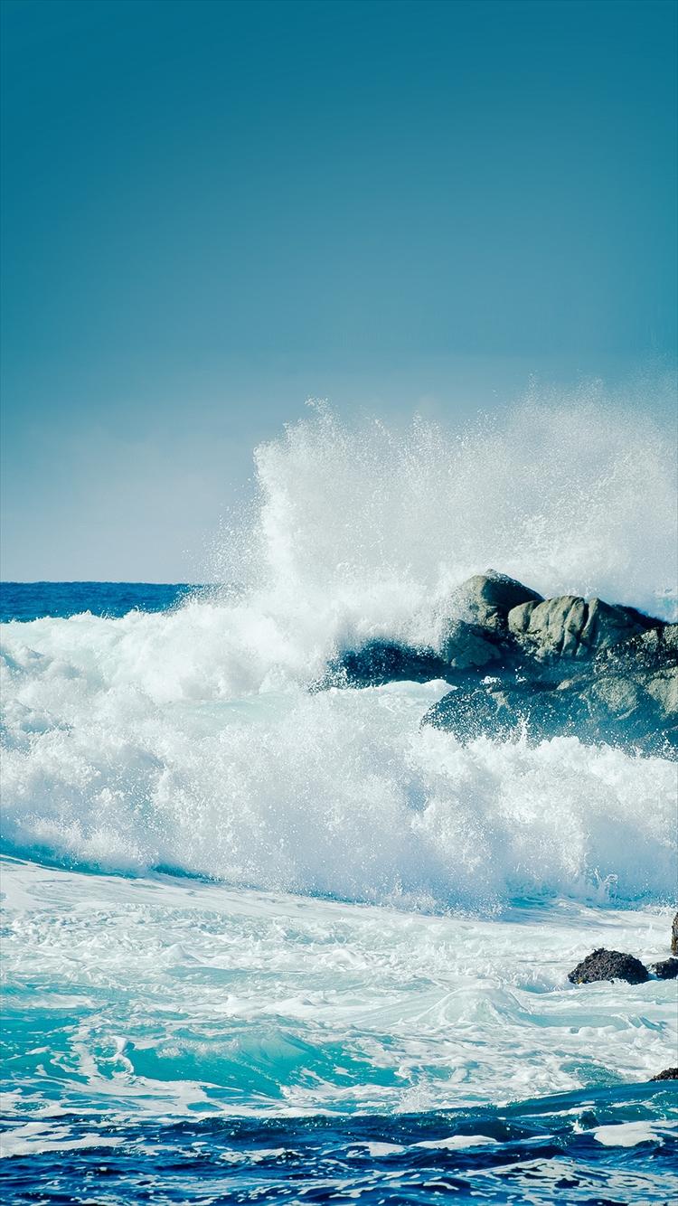 岩に打ち寄せる荒波 iPhone6壁紙