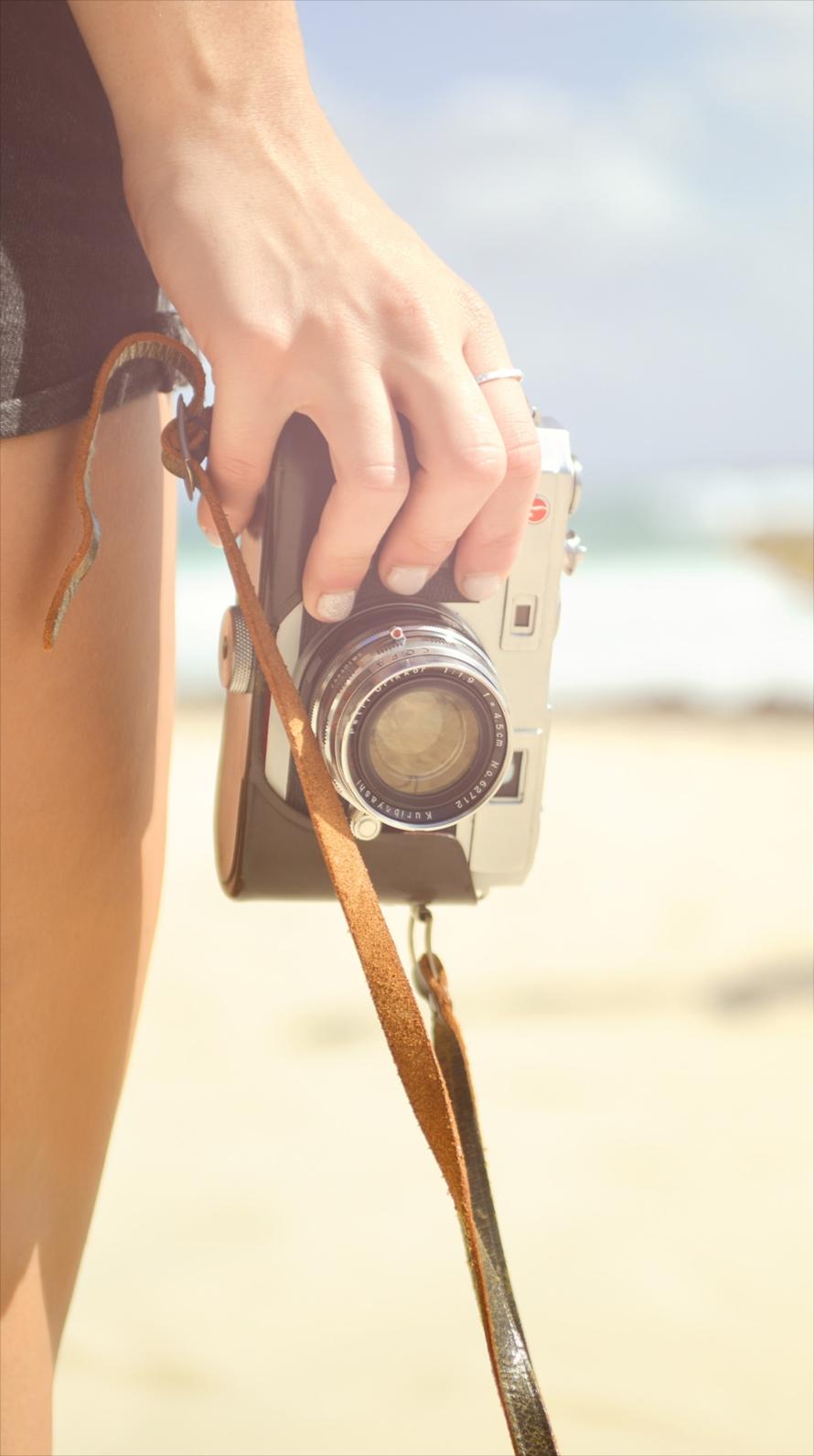 カメラを持つ女性の手 Iphone6壁紙 Wallpaperbox