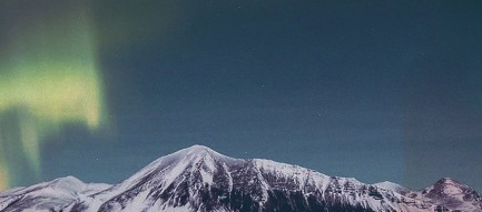 オーロラと雪山と湖 iPhone6壁紙