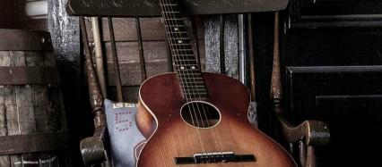 椅子の上のギター iPhone6壁紙