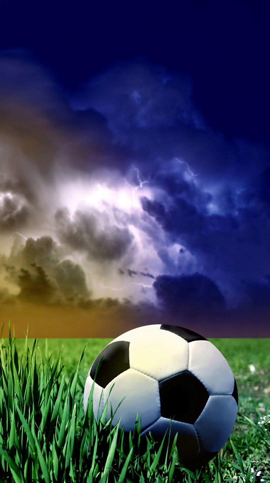 サッカーボールと草原 iPhone6壁紙