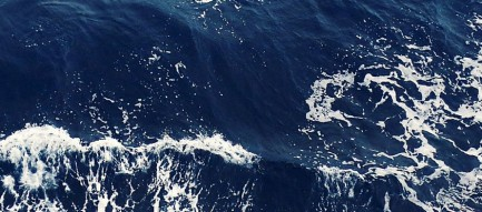 濃紺の波しぶき iPhone6壁紙
