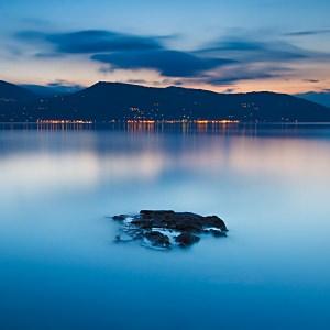 透き通るような湖岸の壁紙(iPad3用/2048×2048)