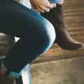 靴紐を結ぶ女性 iPhone6壁紙